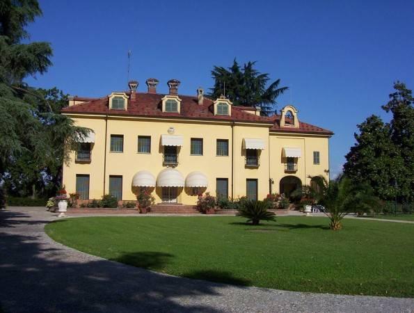 foto  Villa, buono stato, 1500 mq, Fossano
