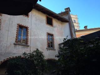 Foto - Palazzo / Stabile tre piani, da ristrutturare, Oleggio