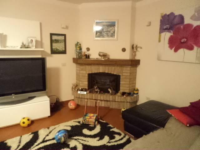foto 02soggiorno con camino.jpg Detached house 150 sq.m., excellent condition, Tortona