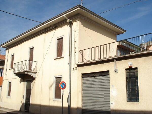 Salotto Verde Rovereto : Vendita villa in via rovereto 3 busto arsizio. buono stato posto