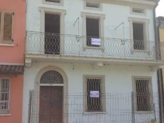 Foto - Palazzo / Stabile tre piani, da ristrutturare, Roncoferraro