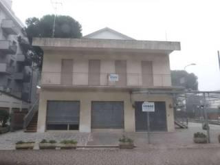 Foto - Palazzo / Stabile due piani, da ristrutturare, Pinarella, Cervia