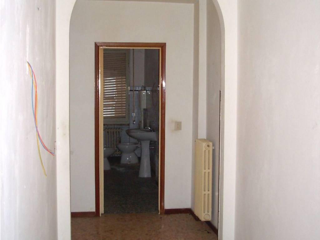 foto corridoio Quadrilocale buono stato, primo piano, Piacenza