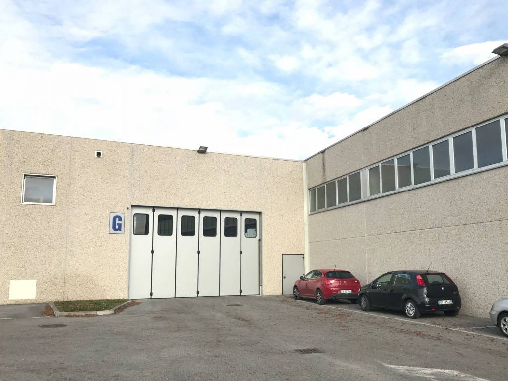 foto ingresso-cortile Capannone in Vendita a Treviglio