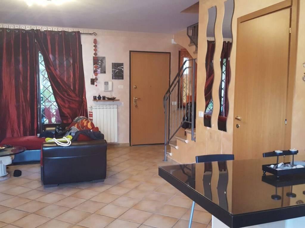 foto salone Villa a schiera via Isorella, Roma