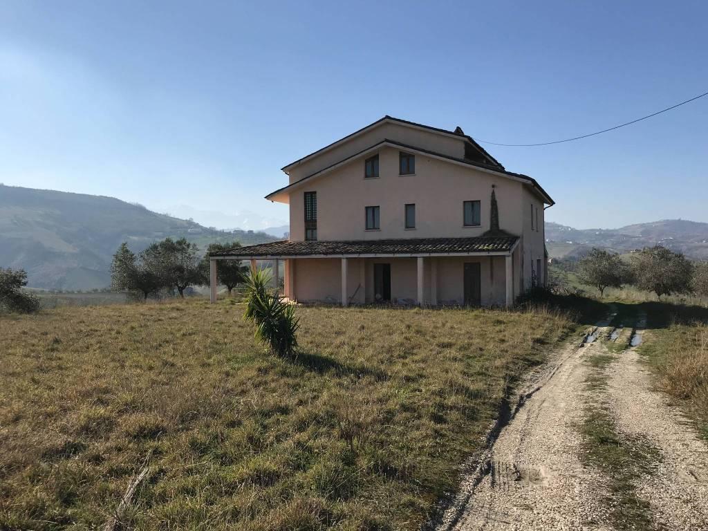 foto Vista Frontale/Ingresso Country house, to be refurbished, 183550 sq.m., Cellino Attanasio