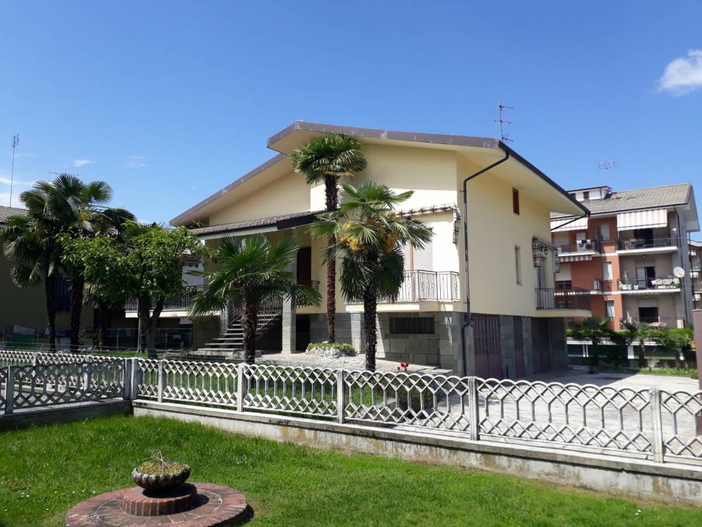 foto facciata Single family villa via Don Minzoni 7, Manta
