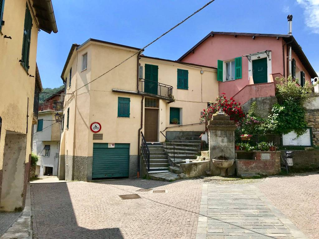 foto  Casa indipendente piazza San Pantaleo, Lucinasco