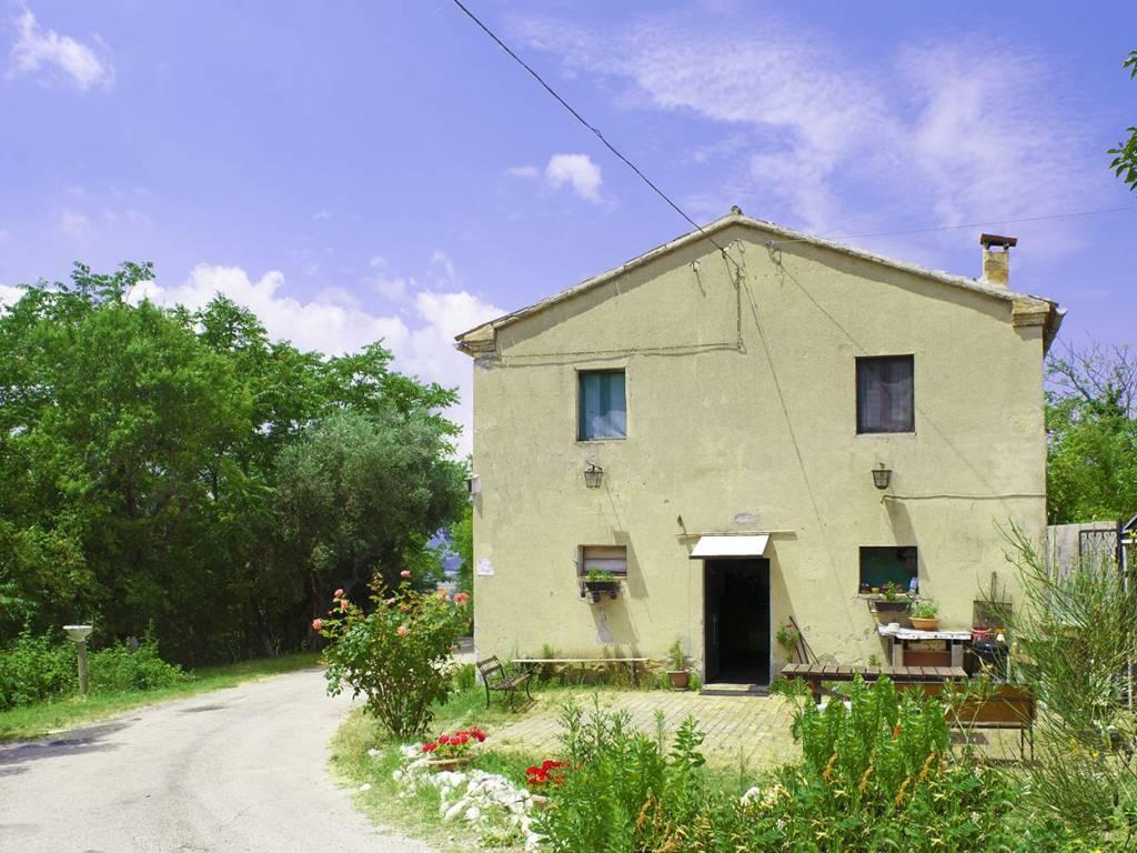 Vendita casa colonica ancona da ristrutturare posto auto for Ristrutturare casa con pochi soldi