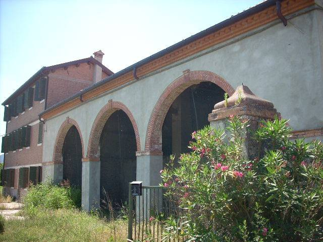 foto  Country house, good condition, 810 sq.m., Pernumia