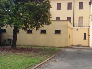 Foto - Palazzo / Stabile tre piani, da ristrutturare, Reggiolo