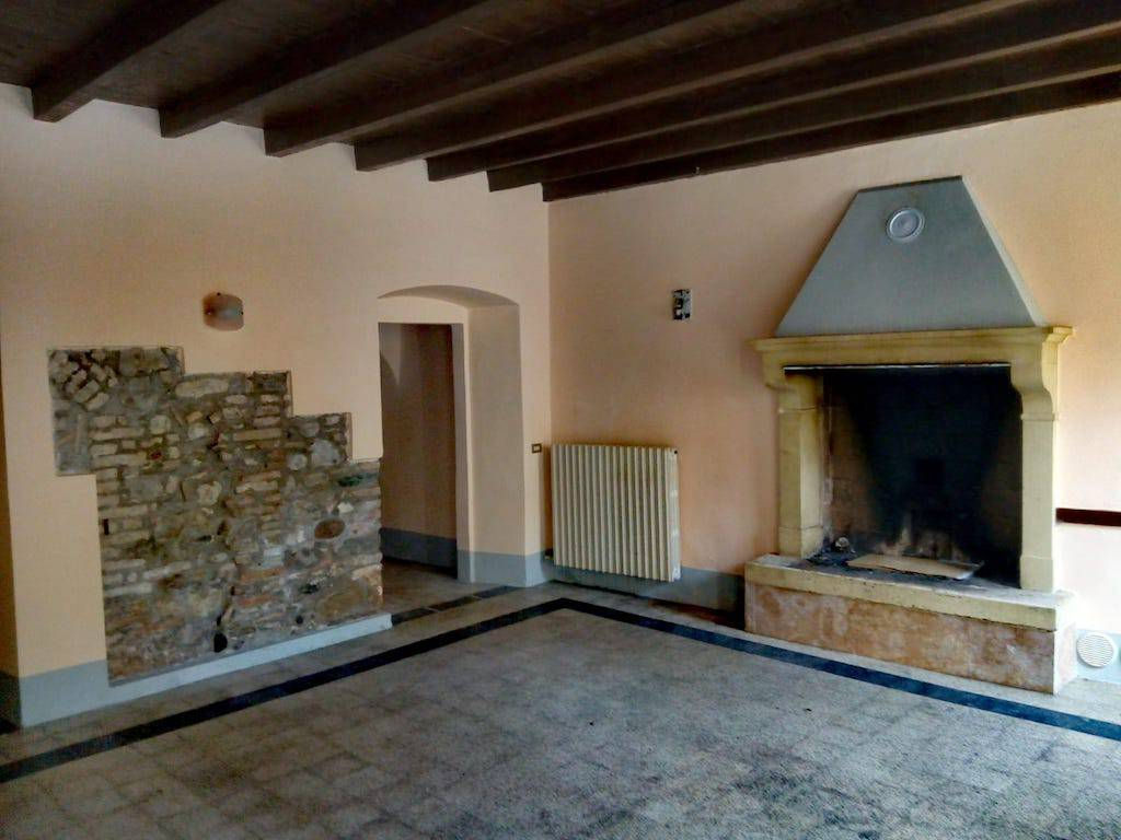 foto Sala con camino Country house Strada San PIETRO LOC  BARONI, 44, Monzambano