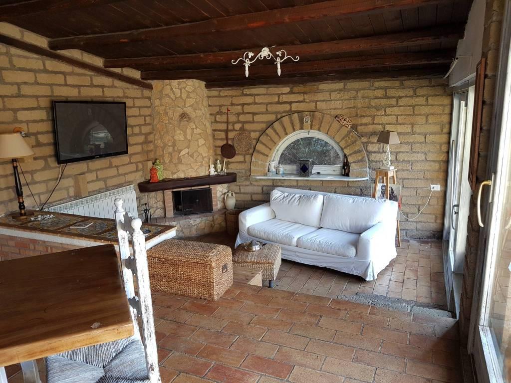foto salone doppio con camino Two-family villa via di Colleverde, Castelnuovo di Porto