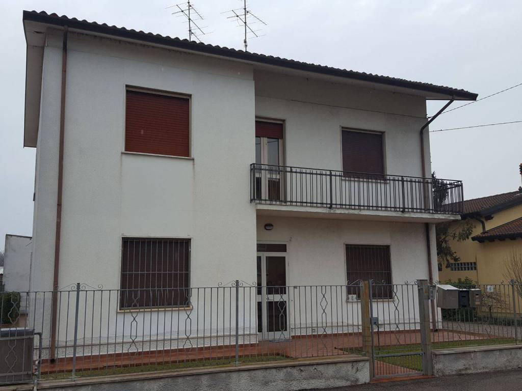 foto  Villa bifamiliare via Ottantesimo Fanteria 8, Roverbella