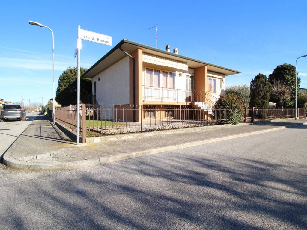 foto  Single family villa 170 sq.m., Roverbella