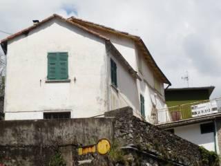 Foto - Appartamento da ristrutturare, su piu' livelli, Carrodano