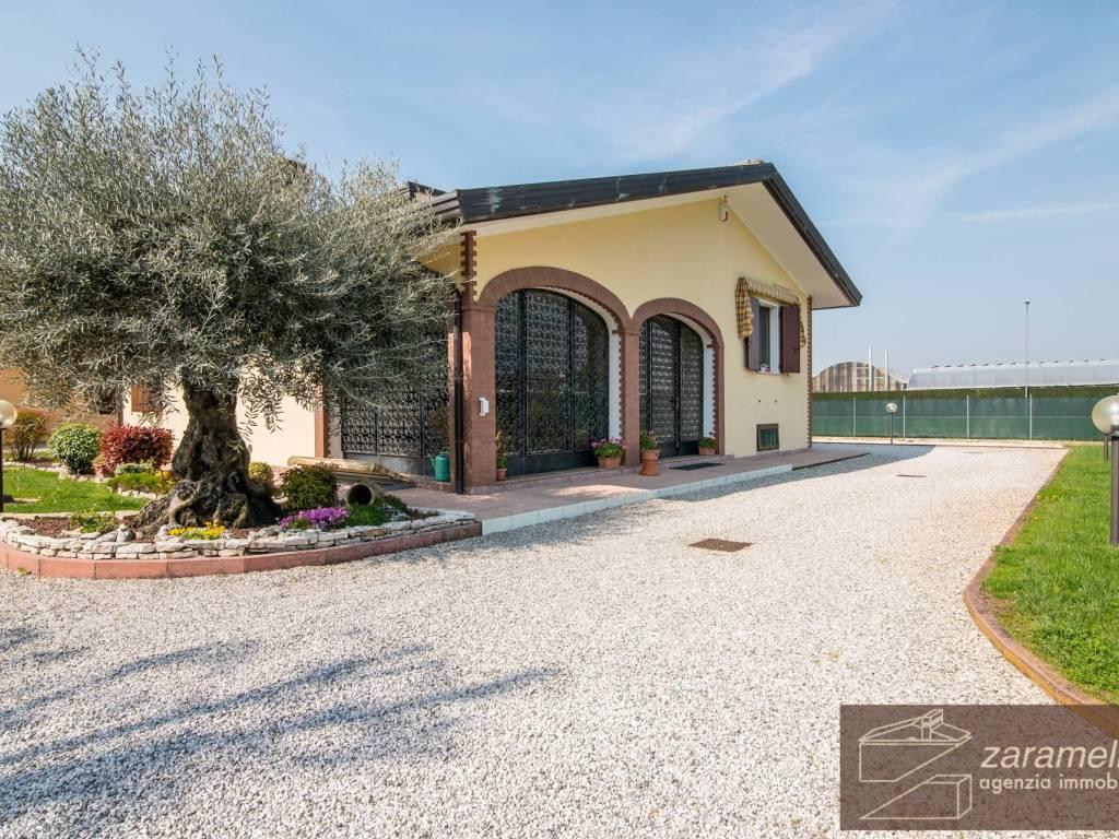 foto  Single family villa, excellent condition, 390 sq.m., Due Carrare