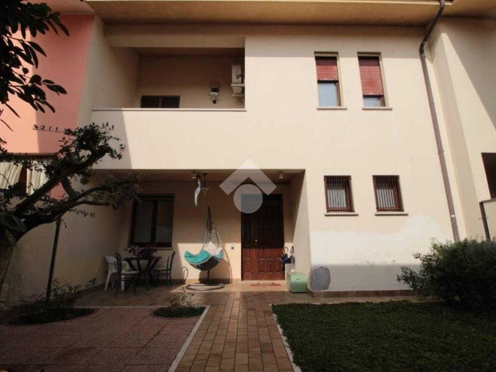 foto  Villa a schiera 5 locali, Roverbella