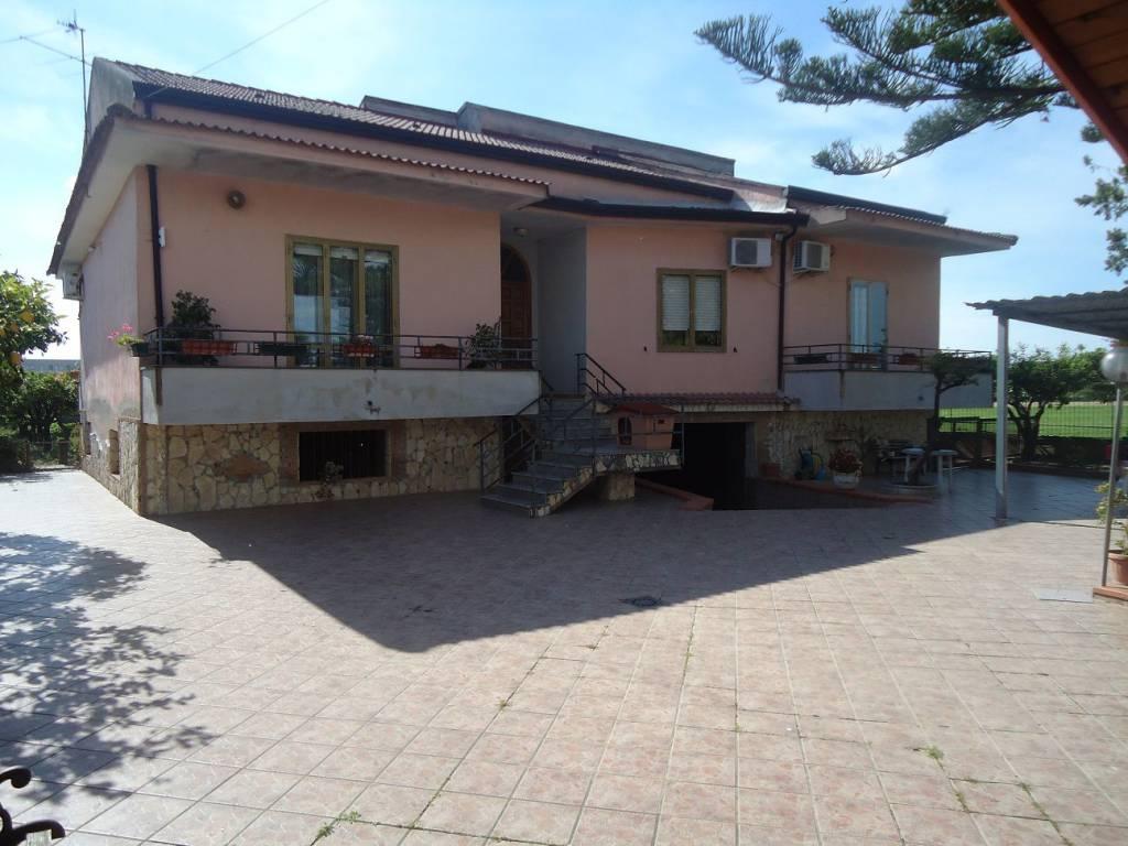 foto  Single family villa, good condition, 1225 sq.m., Capua