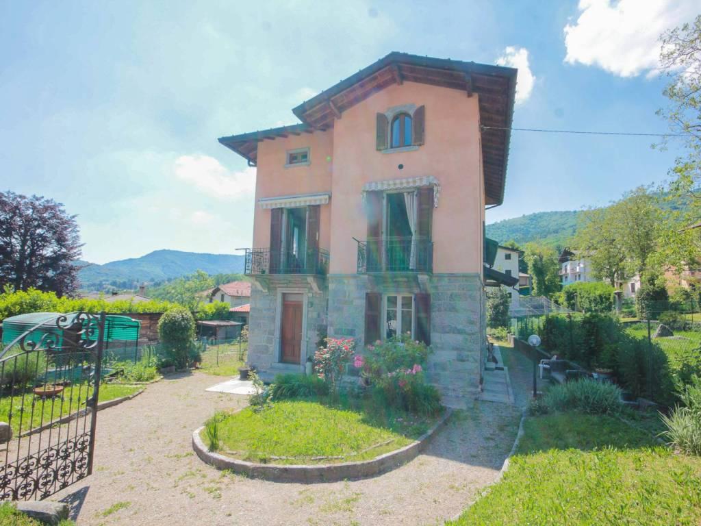foto  Двухсемейная вилла via Trento e Trieste 5, Sormano