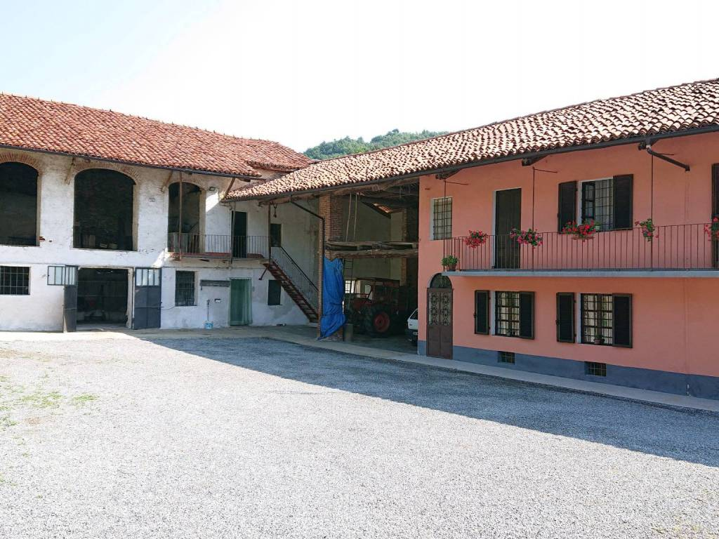 foto  Dairy farm, to be refurbished, 327 sq.m., Busca