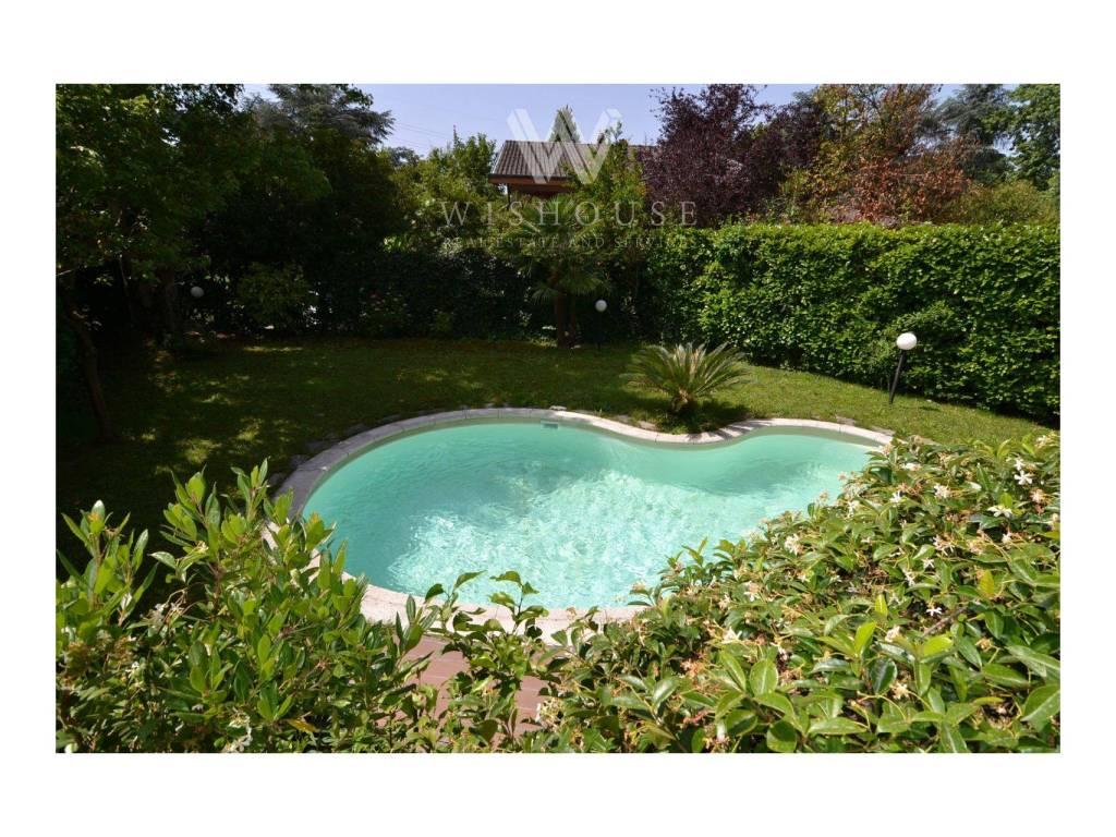 foto Giardino con piscina Two-family villa via Ottava Strada, Segrate