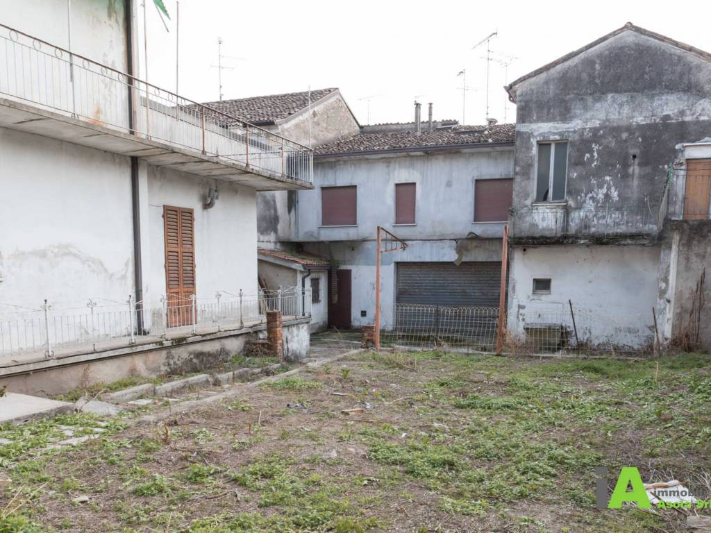 foto  Building due piani, to be refurbished, Asola