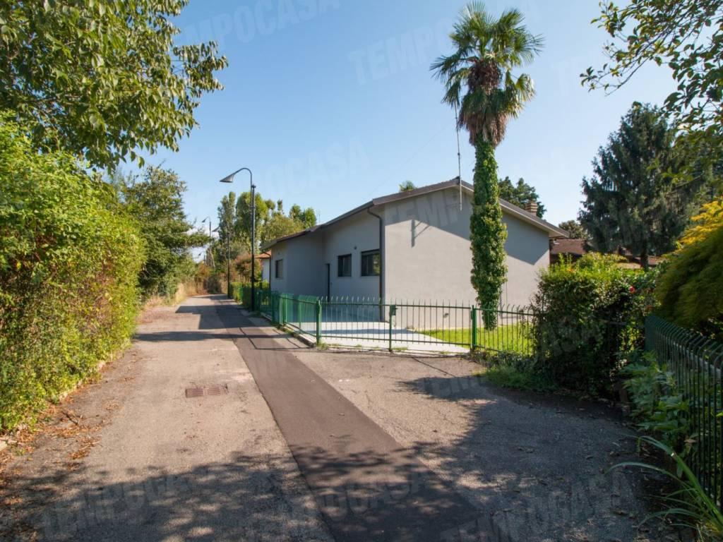 foto facciata Single family villa via Astro, Segrate