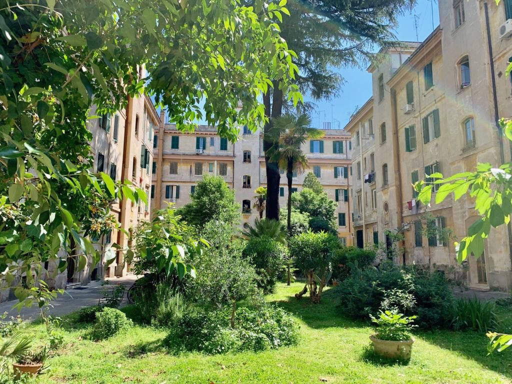 foto cortile condominiale T3 via Galileo Ferraris, Roma