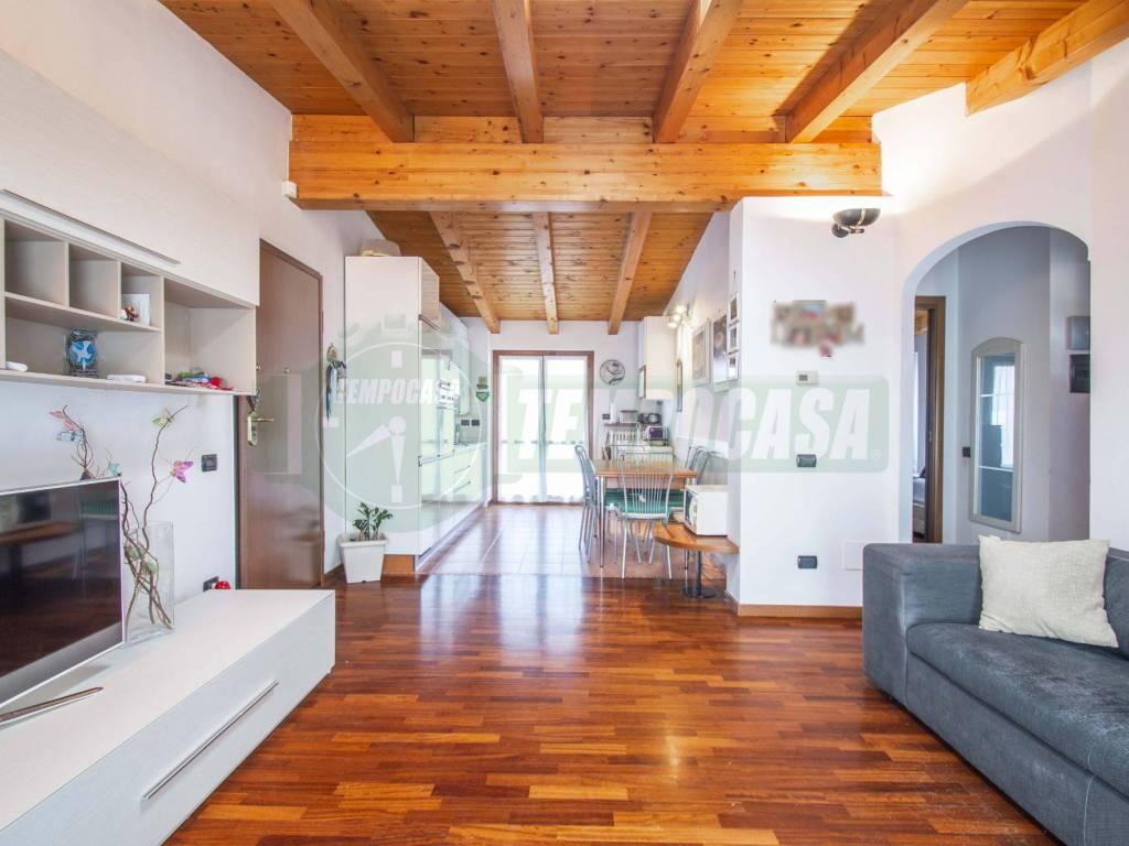 foto Soggiorno 7 3-room flat via Madonnetta 35, Locate Varesino