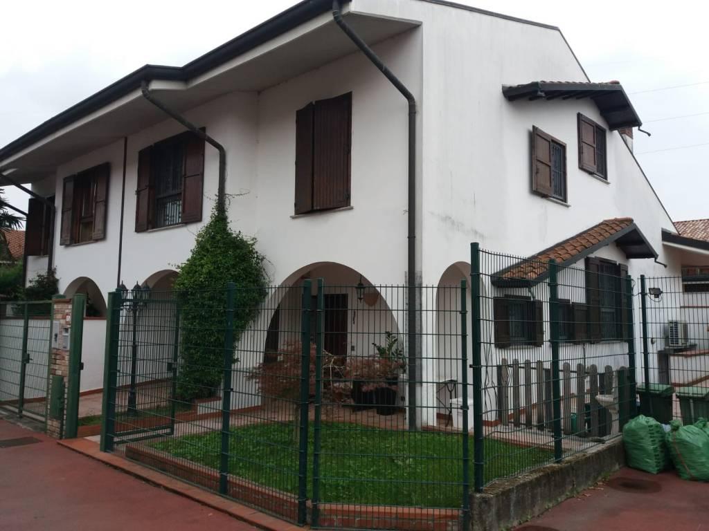 foto  Two-family villa via Niccolò Paganini 10, Noviglio