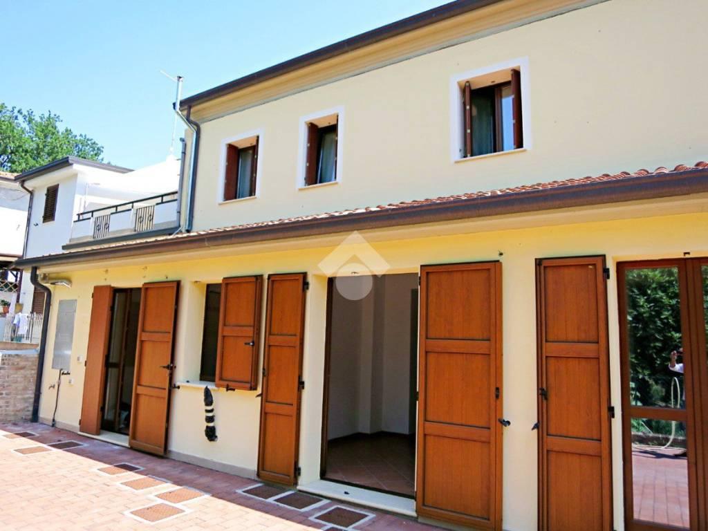 foto fronte Appartamento in villa via Roma, Tavullia