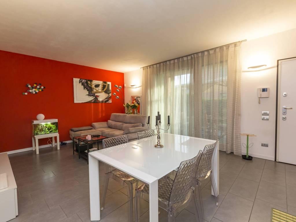 foto soggiorno Двухкомнатная квартира via 1 Maggio, Sulbiate
