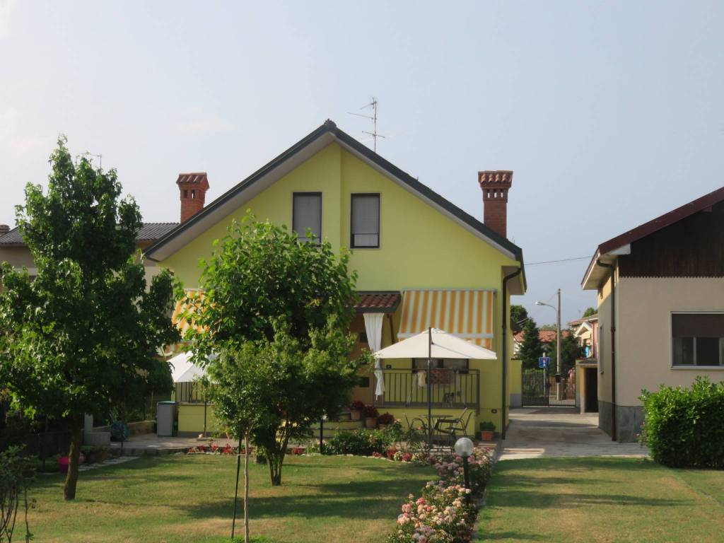 foto  Terraced house via Don L  Guanella, Urgnano