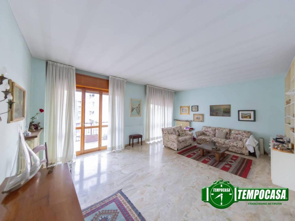 foto Soggiorno 3-room flat via Monte Rosa, Cesano Boscone