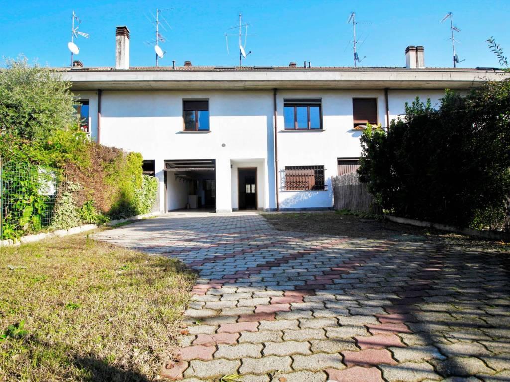 foto facciata e giardino Terraced house via delle Rose, Legnano