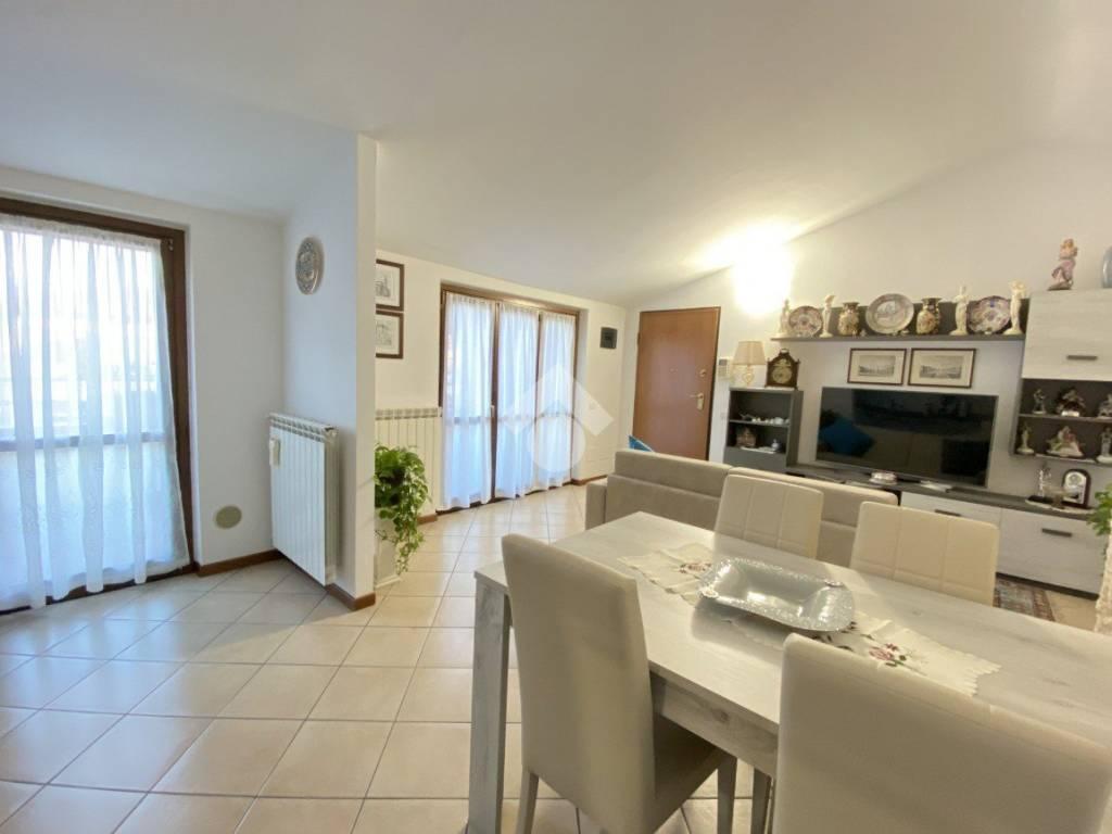 foto Soggiorno 3-room flat via Castellazzo 45, Pregnana Milanese