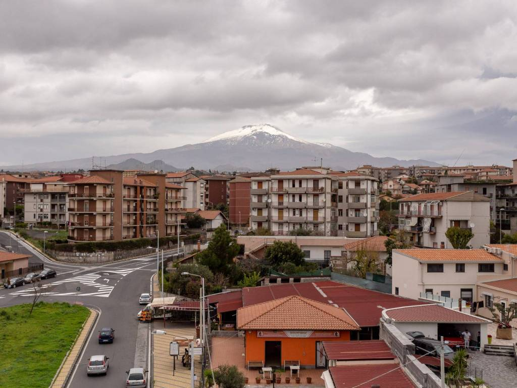 foto  Трехкомнатная квартира via Simone 3, Catania