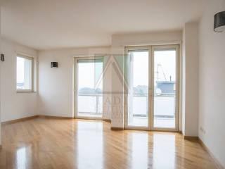 Foto - Piso de tres habitaciones muy buen estado, última planta, Isola, Milano