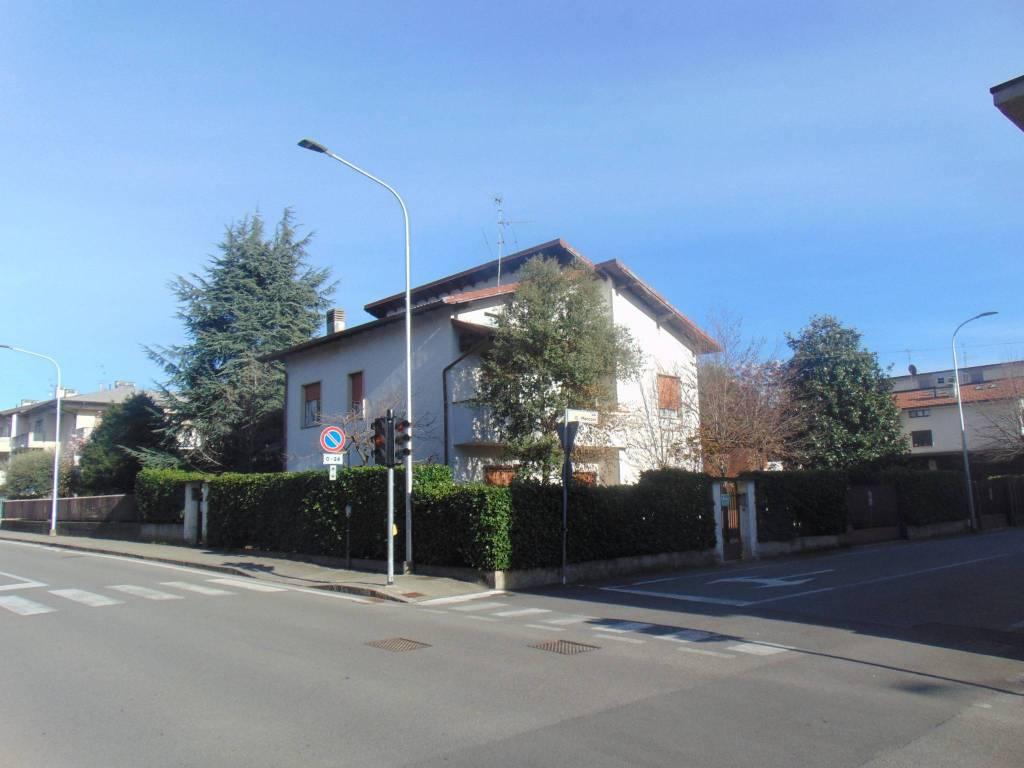 foto 1 Two-family villa via Roma 32, Azzano San Paolo